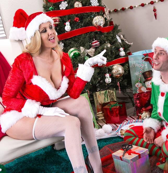 MrsCreampie.com - Julia Ann - A XXXmas with Mrs. Claus  [SD 480p]