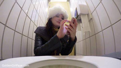 Texting Toilet Wee - Webcam! [HD] - GoldenGirlFaye.com