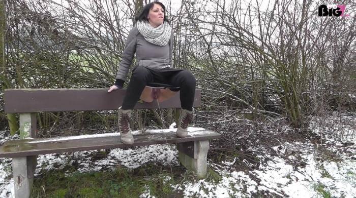 Amateur - Der erste Schnee und meine PISSE (Pissing) [HD, 1072p]
