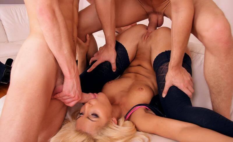 blondinka-zhestko-bryunetku-porno