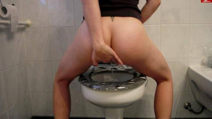 Germany Piss - Pippi on toilet with sara (Pissing) [FullHD, 1080p]