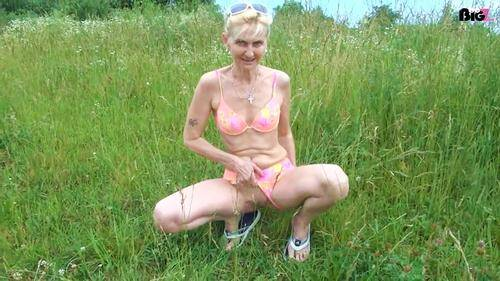 Knie vor deiner Piss-Gottin - Germany Milf [HD, 720p] [Amateur Piss] - Pissing