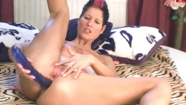 Dirty Porn - Pink - Zweilochstute und der Polizeidildo (Amateur) [FullHD, 1080p]