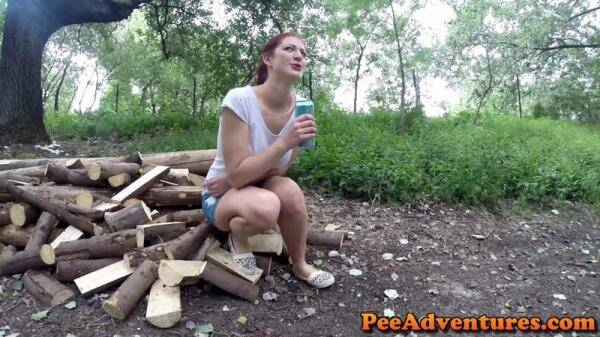 Wetting her jeans on a bridge (PeeAdventures.com) [FullHD, 1080p]