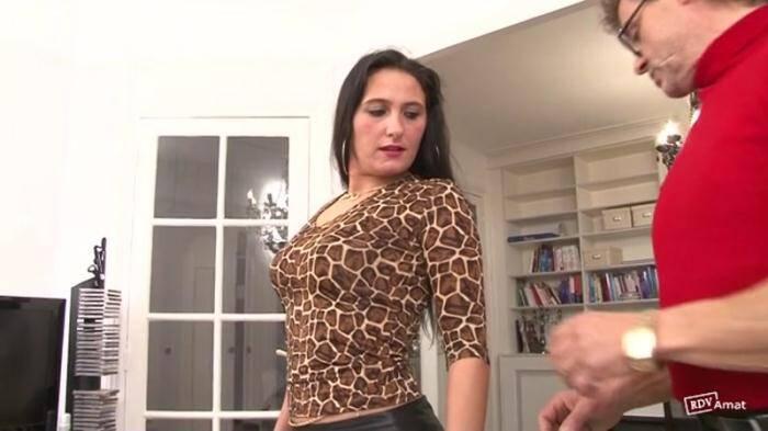 Une affaire de famille: c'est son propre oncle qui vient avec Luciana pour une drole de seance ! [Indecentes-Voisines] 360p