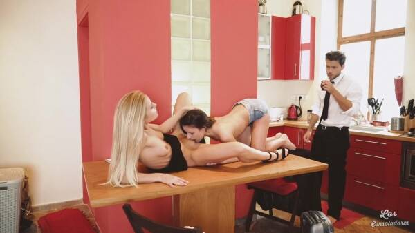Anita Bellini, Sicilia : Los and Consoladores : Great threesome sex in the kitchen with brunette Anita Bellini