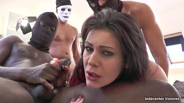 Melissa, 24 ans, jlie petite brunette coincee par des blacks ! [Indecentes-Voisines] 360p