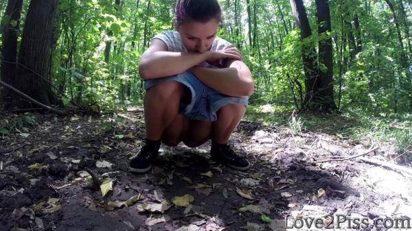 Wiping pussy with a leaf (Love2Piss.com) [FullHD, 1080p]