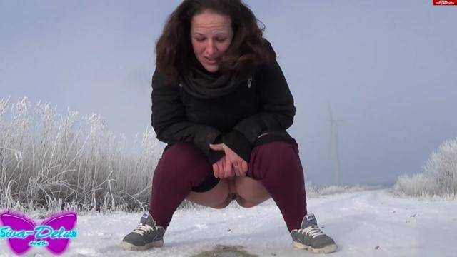 Crazy German Girl - Pissing in the snow with Siva-Deluxe [FullHD, 1080p]