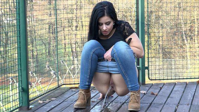 G2P - On the Decking! Outdoor piss! [FullHD, 1080p]
