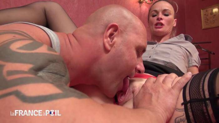 LaFRANCEaPoil.com/NudeInFRANCE.com - Horny small titted housewife gets hard banged and facialized by her garderner (French) [HD, 720p]