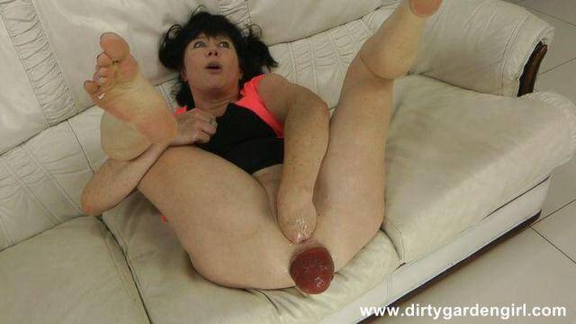 DirtyGardenGirl - Self fist on white sofa & prolapse fingering [HD, 720p]