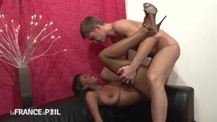 LaFRANCEaPoil.com/NudeInFRANCE.com - Hot black bitch sucks juicy white cock (French) [HD, 720p]