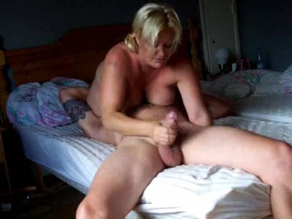 Amateur : MDH : Geile Blondine mit dicken Titten wird durchgefickt