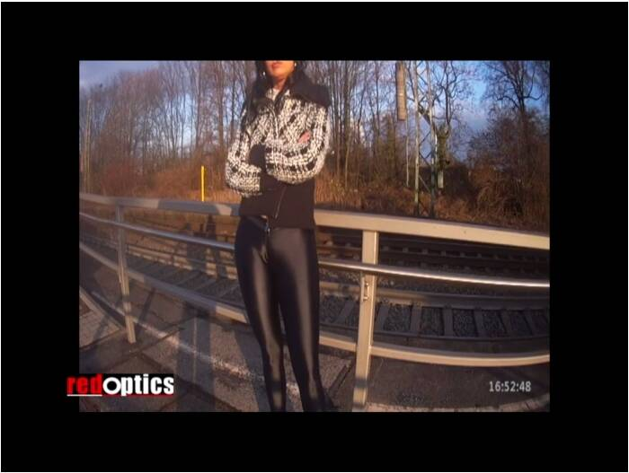 RedOptics: Amateur - Provoking in black skin tight leggings  [SD 720 245 MB]