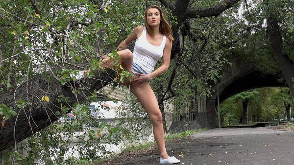 Hot Teen Girl - Splash by the river - Piss Outdoor! (G2P) [FullHD, 1080p]