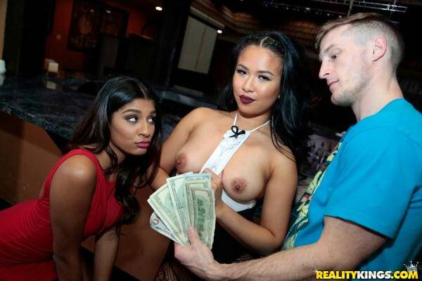 Maya Mona, Katalina Mills - Serving pussy [Sex for Money] [SD] [391 MB]