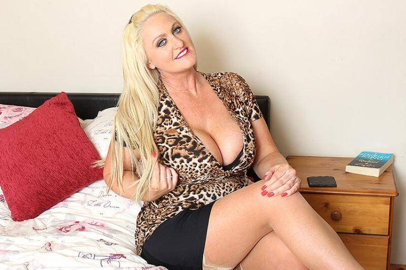 Sarah Daniel (EU) (42) - Big breasted British housewife fooling around [SD] - Mature.nl, Mature.eu