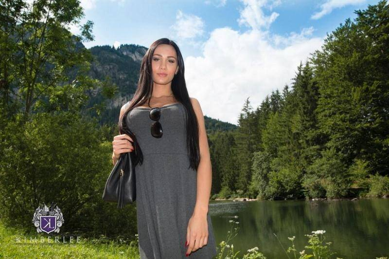 Ts-Kimberlee.com: Kimberlee - BTS Outdoors [HD] (50.9 MB)