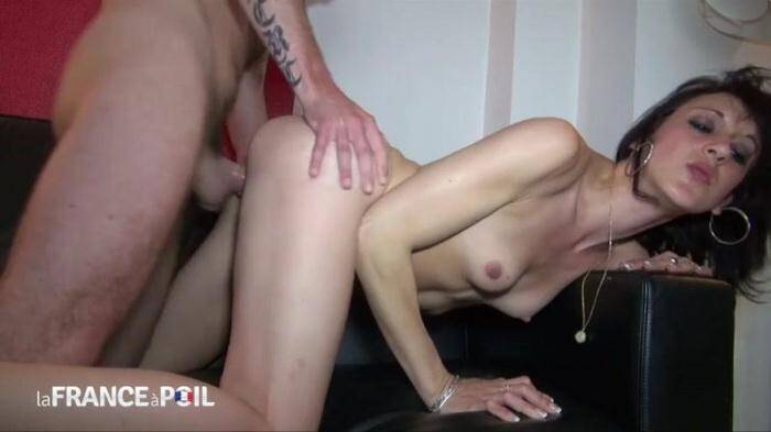 LaFRANCEaPoil.com/NudeInFRANCE.com - 25 years old and sodomized at her first porn casting (French) [HD, 720p]