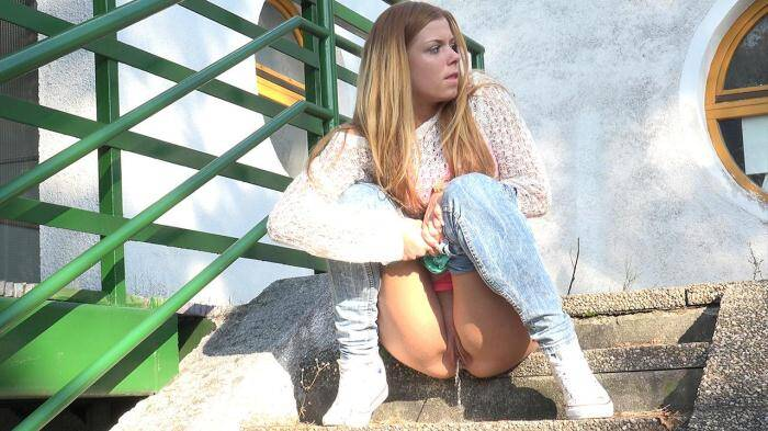 Amateur Piss - Desperate in Denim (Pissing) [FullHD, 1080p]