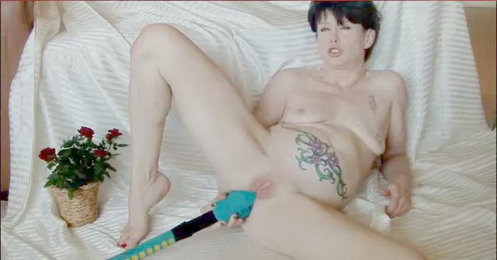 Dirtygardengirl - Dirty garden girl - Playing with huge bat [2011 HD]
