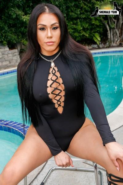 Shemale Yum - Diamond Dixxon Ass Up By The Pool (Apr 12, 2016) [HD]