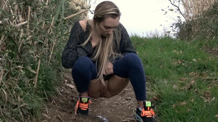 Amateur Piss - Flowing Foxies (Pissing) [FullHD, 1080p]