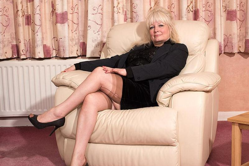 mature.eu/mature.nl: Cindy S. (EU) (58) - British housewife fooling around [SD] (664 MB)