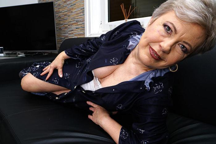 Mature.nl/Mature.eu - Klaudia D. (57) - Horny older lady fingering herself (Solo) [SD, 406p]