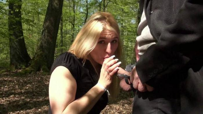 Blonde Sarah loves sex in Wood ! / 25.04.2016 [SD/480p/MP4/472 MB]