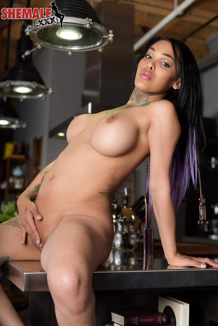 shemale - Adriana Lynn Rush [Beautiful Adriana Lynn Rush Fingers Herself] (HD 720p)