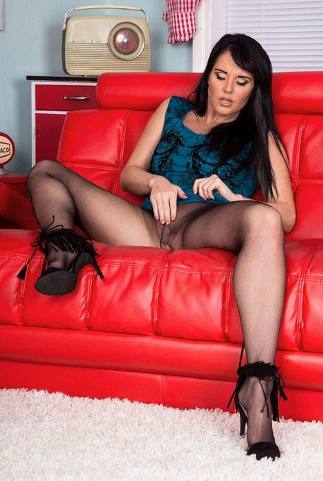 Raven Lee - Gusset flasher! (25.05.16) [Pantyhosed 4U / FullHD]