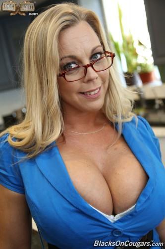 Mature Amber Lynn Bach loves Interracial Sex (04.05.2016) [SD/432p/MP4/433 MB]
