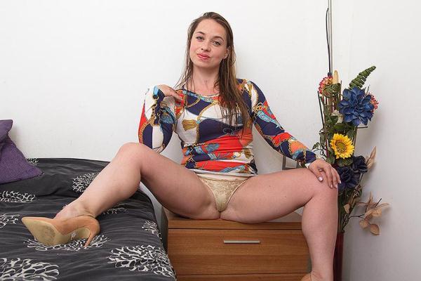 Olga Cabaeva (34) - Spanish kinky mom pissing and playing (SD 406p)