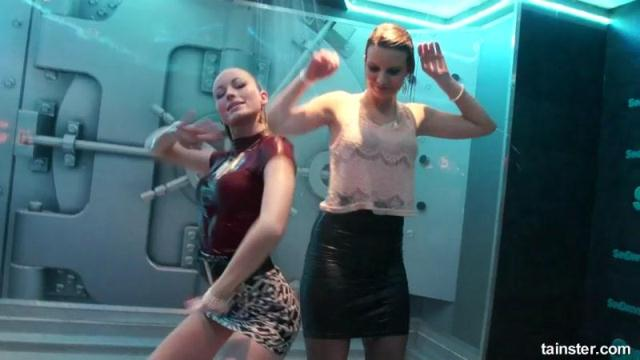 Gorgeous Girls Party Hard Under The Shower [SD, 540p]