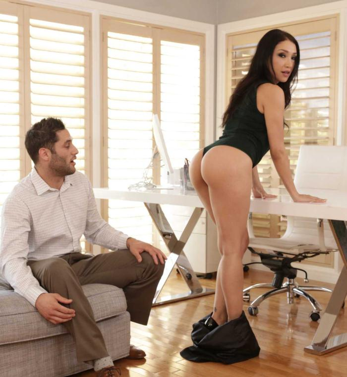 Office Porn - Vicki Chase - Small Natural Tits  [HD 720p]