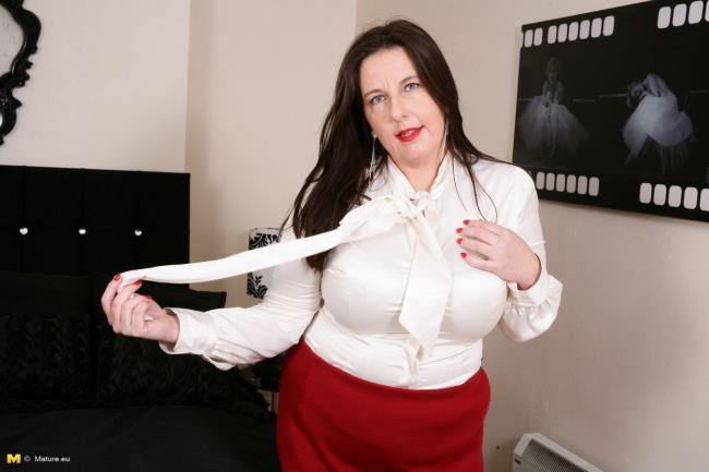 Jessica Jay (EU) (39) - British curvy housewife fingering herself [Mature.eu | 720p]