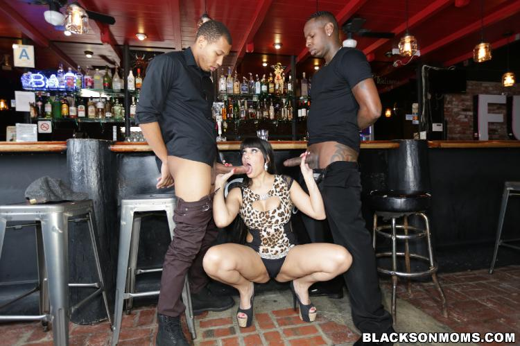 Tag Teaming A Hot Bartender - Mercedes Carrera [Blacks Moms/480p]