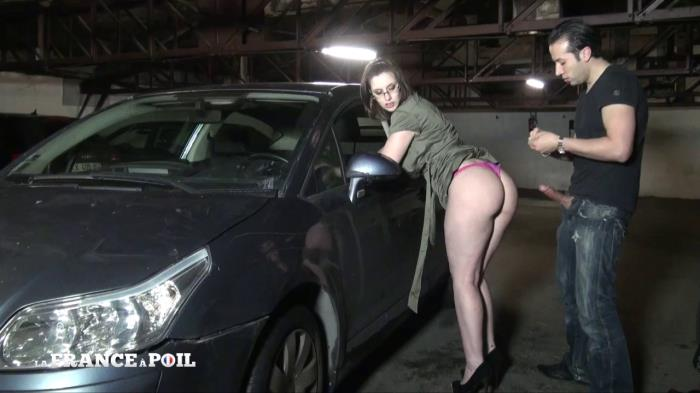 French Exclusive - Lola - Lola, une garagiste tres salope qui satisfait ses clients! [HD 720p]