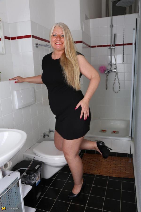 Rosella (EU) (45) German housewife fingering herself [Mature.eu 720p]