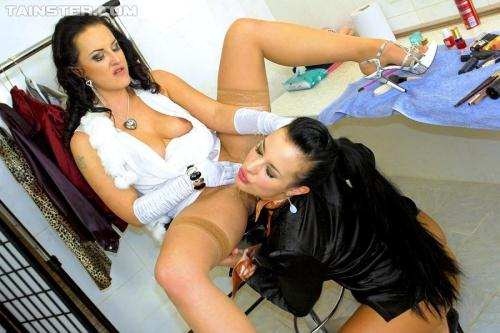 [Vivien, Carmen Croft - A Fresh Coat Of Piss At The Beauty Salon] HD, 720p