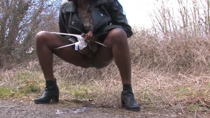 SneakyPee.com - Savvy - Pissing in the woods (Pissing) [HD, 720p]