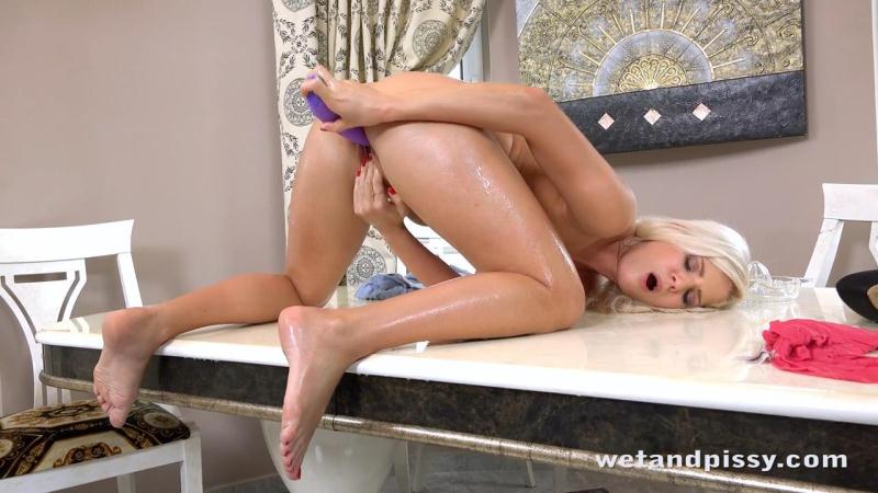 Candee Licious - Hot Blonde Loves Masturbation and Pissing [WetAndPissy / HD]