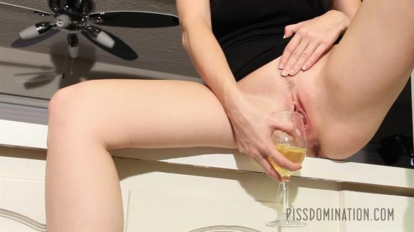 Piss Video: Emily Addison - Emily Addison's Piss Champagne (FullHD/2016)