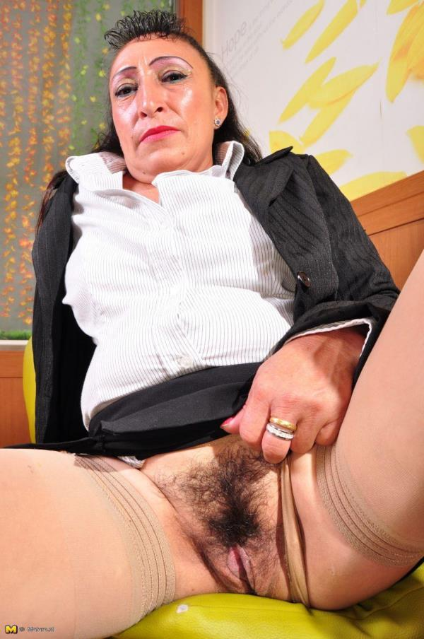 Latin hairy older lady fingering herself: Karina G. (43) - Mature.nl 720p
