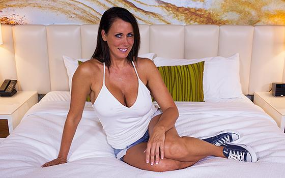 Reagan - Beautiful Busty Swinger Webcam MILF (Е390 / 20.07.2016) [MomPov / SD]
