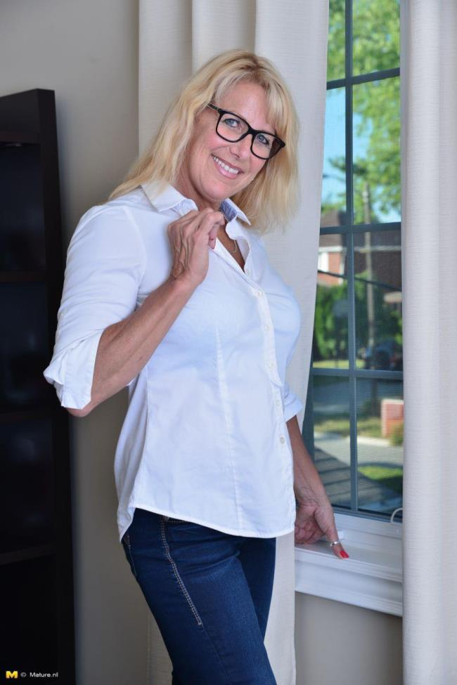 Mature.nl: Bianca V. (54) - Canadian housewife playing with herself (HD/2016)