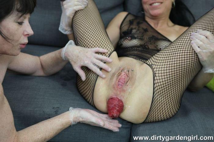 DirtyGardenGirl.com - Dirtygardengirl & SexySasha lesbian fisting fun - 21.08.2016 (Anal Fisting) [HD, 720p]