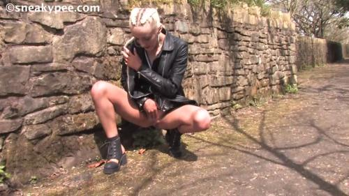 Leigh - Sexy Girl Piss [HD, 720p] [SneakyPee.com] - Pissing